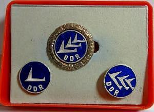 Drei DDR Flugzeugnadeln